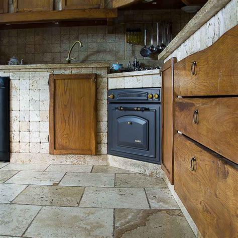 piastrelle per piano cucina muratura cucina in muratura rivestita in travertino pietre di