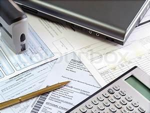 Pension Steuer Berechnen : accounting tools und scheine auf den tisch stockfoto colourbox ~ Themetempest.com Abrechnung