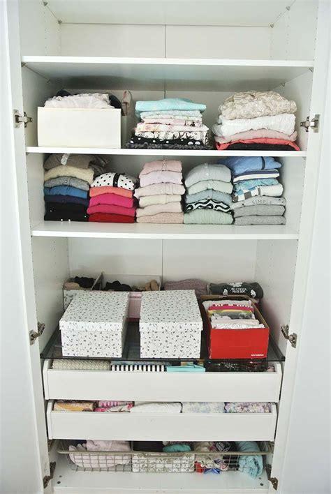 Kleiderschrank Richtig Ordnen by Offener Kleiderschrank Wei Kleider Schuhe Ordnen Ordnung