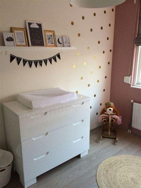 babykamer babyroom oud roze verf en gouden stickers op