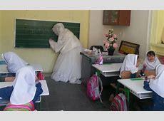حضور معلم همدانی با لباس عروس در کلاس درس + تصاویر