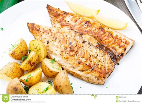 légume grillé au four maquereau frit avec la pomme de terre cuite au four photos
