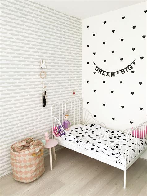 meidenkamer met behang van roomblush en decoratie mevrouw