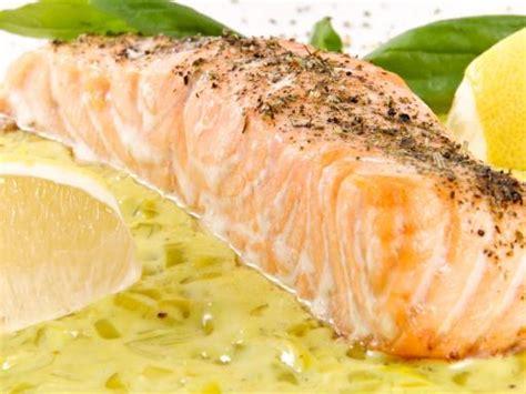 comment cuisiner le poireau pavé de saumon sur lit de poireaux recette de pavé
