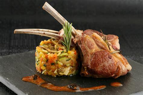 cuisiner cote d agneau carré d 39 agneau piqué au romarin minestrone de légumes