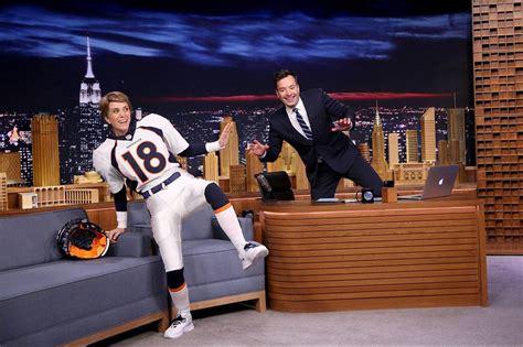Kristen Wiig Impersonates Peyton Manning On The Tonight