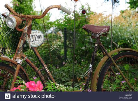 Altes Fahrrad Im Garten Stockfoto, Bild 103272534 Alamy