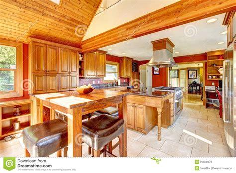 cuisine de luxe grande cuisine de luxe avec le plafond en bois