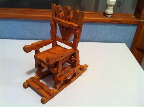 chaise rockincher rocking chair fabriqué avec des pinces à linge en bois