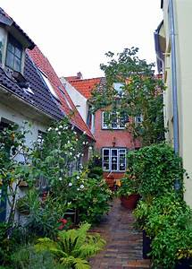 Tiny House Germany : narrow alleyways lined with tiny houses lubeck germany pinterest tiny houses building ~ Watch28wear.com Haus und Dekorationen