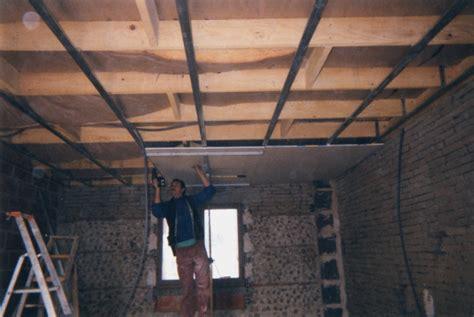 pose d un plafond suspendu faux plafond suspendu