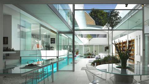 una piscina  la casa intorno casait