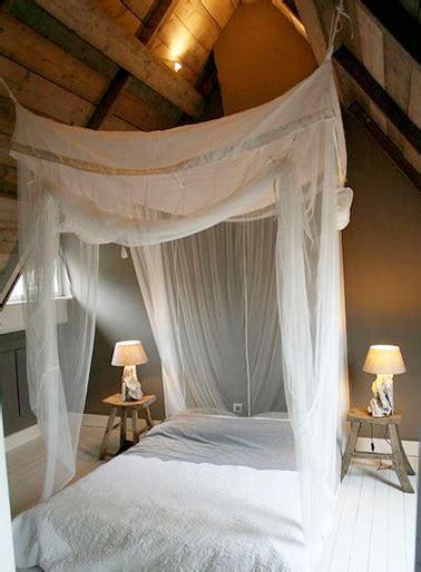 ciel de lit chambre adulte chambre sous combles romantique avec ciel de lit