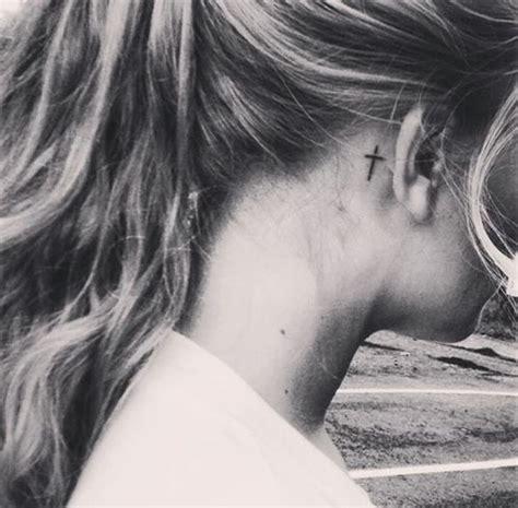 tatouage derriere oreille tatouage derri 232 re l oreille croix 20 id 233 es de tatouages derri 232 re l oreille jolis et discrets