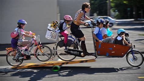 velo femme avec siege bebe 5 images à ne jamais reproduire à vélo avec vos enfants