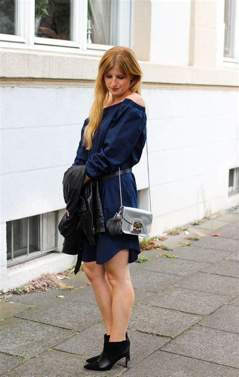 kleid mit stiefeletten dunkelblaues shoulder kleid stiefeletten rockig kombiniert