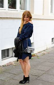 Kleid Mit Stiefeletten : dunkelblaues off shoulder kleid stiefeletten rockig kombiniert ~ Frokenaadalensverden.com Haus und Dekorationen
