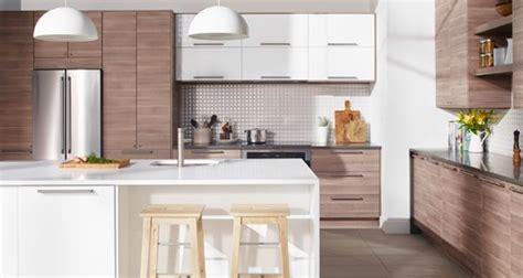 cuisine gris clair et blanc cuisine immense cuisine à portes et façades de tiroir