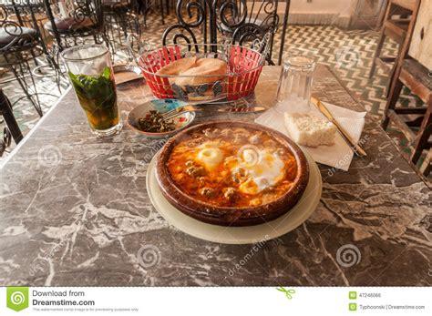 maroc cuisine traditionnel tajine dans un restaurant marocain traditionnel photo