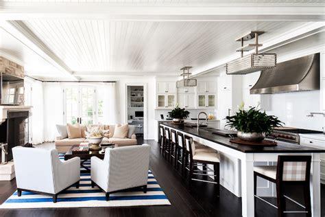 cuisine marron et blanc cuisine ouverte sur salon canap couleur ecru