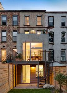 Barker freeman overhuals narrow brooklyn row house for a for Interior design in row house
