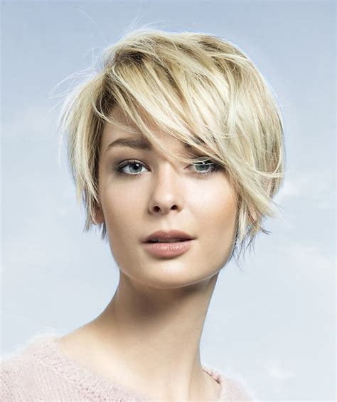 A Short Blonde hairstyle From the Autumn/Winter 2015 16