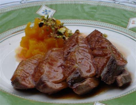 cuisiner un filet de canard filet de canard rôti nappé d un jus laqué au miel