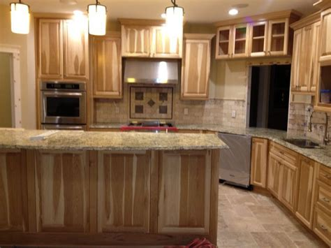picture of kitchen backsplash what countertop would look with hickory cabinets