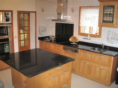 modele de cuisine en bois avec marbre mzaol