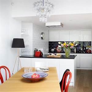 1001 conseils et idees pour amenager une cuisine moderne With deco cuisine avec chaise grise et blanche