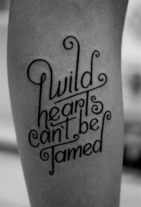 ideen fuer tattoo schriften sprueche und schriftarten