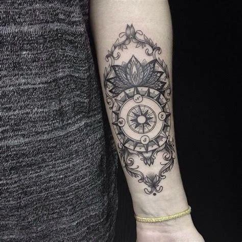 tatouage boussole dotwork femme avant bras tattoo