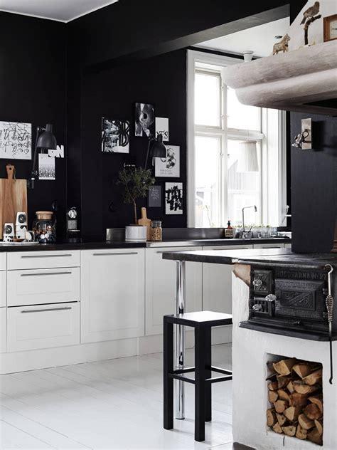 white kitchen walls decordots 2015 march 484 | Ylva Skarps home. White kitchen with black walls