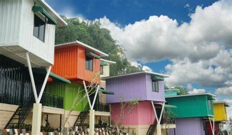 travelingyukcom sensasi menginap  kontainer warna warni