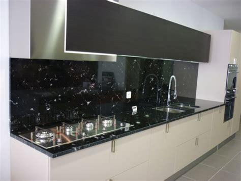 cuisine granit plan de cuisine en granit noir via lactéa valgra sud