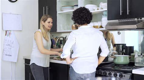 lesbienne cuisine epouse parler los angeles 4k stock 867 595 067