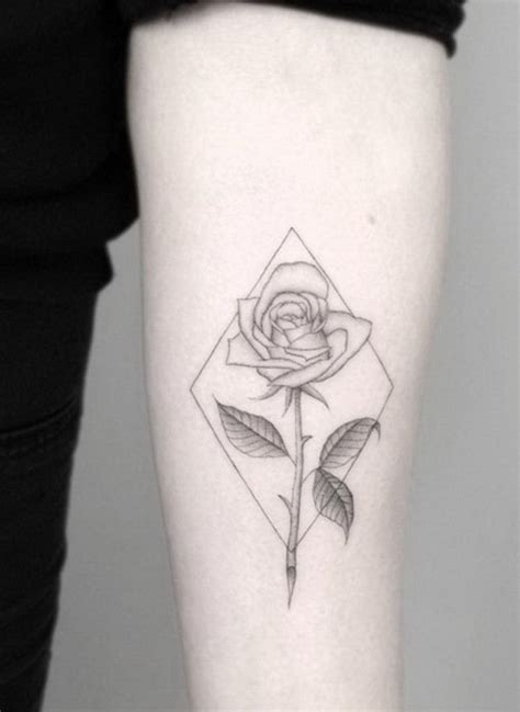 ideen fuer rosen tattoo das symbol der wahren liebe