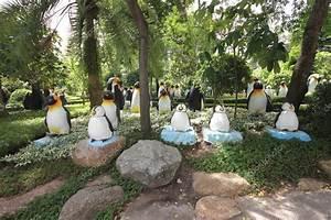 eine wiese mit pinguinen gras und baume und steine im With katzennetz balkon mit pattaya garden thailand