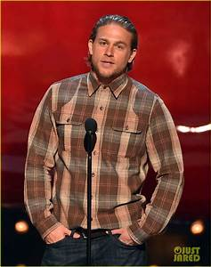 Charlie Hunnam Presents to Mark Wahlberg at Guys' Choice ...