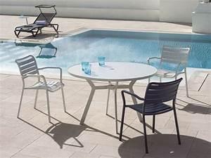 Table Ronde Exterieure : table de jardin ronde esth tique symbolique pratique ~ Teatrodelosmanantiales.com Idées de Décoration