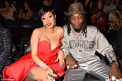 cardi b upset with offset cardi b tricks audience offset got upset at vma s in new