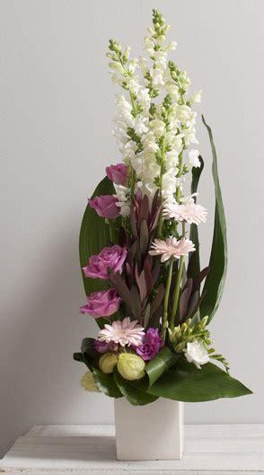 horizon composition en hauteur de fleurs variees avec