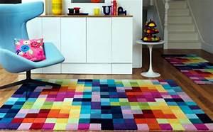 bunte teppiche im innendesign designer einrichtungslosungen With balkon teppich mit bunt gestreifte tapete