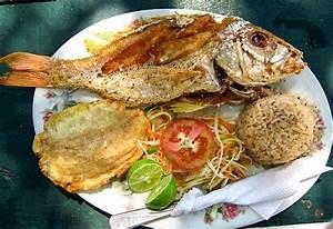 Menú típico de pescado frito, patacón y arroz con coco ...