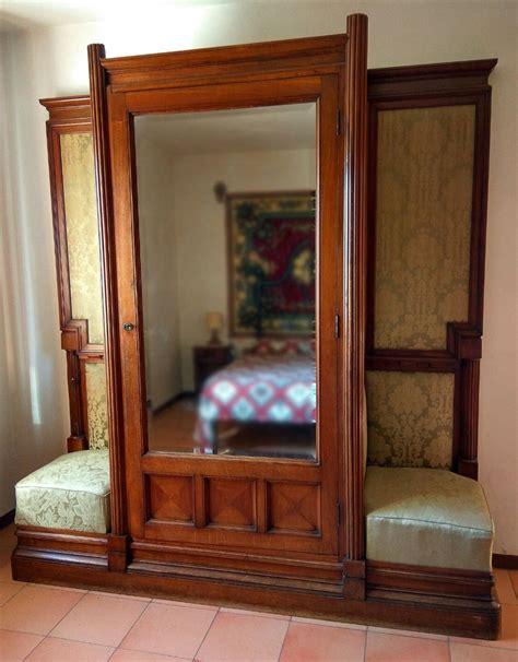 armadi in stoffa armadio legno di noce sedute laterali stoffa anni 20