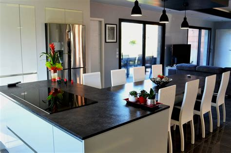 cuisine avec ilot central et table cuisine design avec îlot central et coin repas installé à