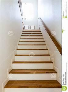 Handlauf Für Treppe : h lzerne treppe und handlauf stockfotografie bild 30081372 ~ Michelbontemps.com Haus und Dekorationen