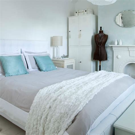 Decorating Ideas For Small Bedrooms Uk by All White Bedroom With A Hint Of Colour Small Bedroom