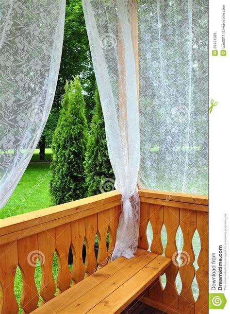 tende merletto portico di legno con le tende di merletto immagine stock
