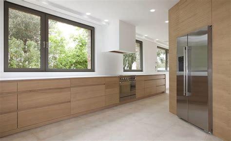 cuisine en corian réalisation d une cuisine en bois et plan de travail en